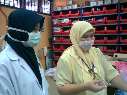 me with nurse in HD ward-sedang 'bancuh' ubat..